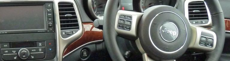 wnętrze pojazdu przedstawiające kierownicę