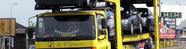 samochód ciężarowy transportujący samochody