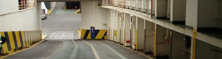 Pokład pustego promu cargo gotowego do wypłynięcia
